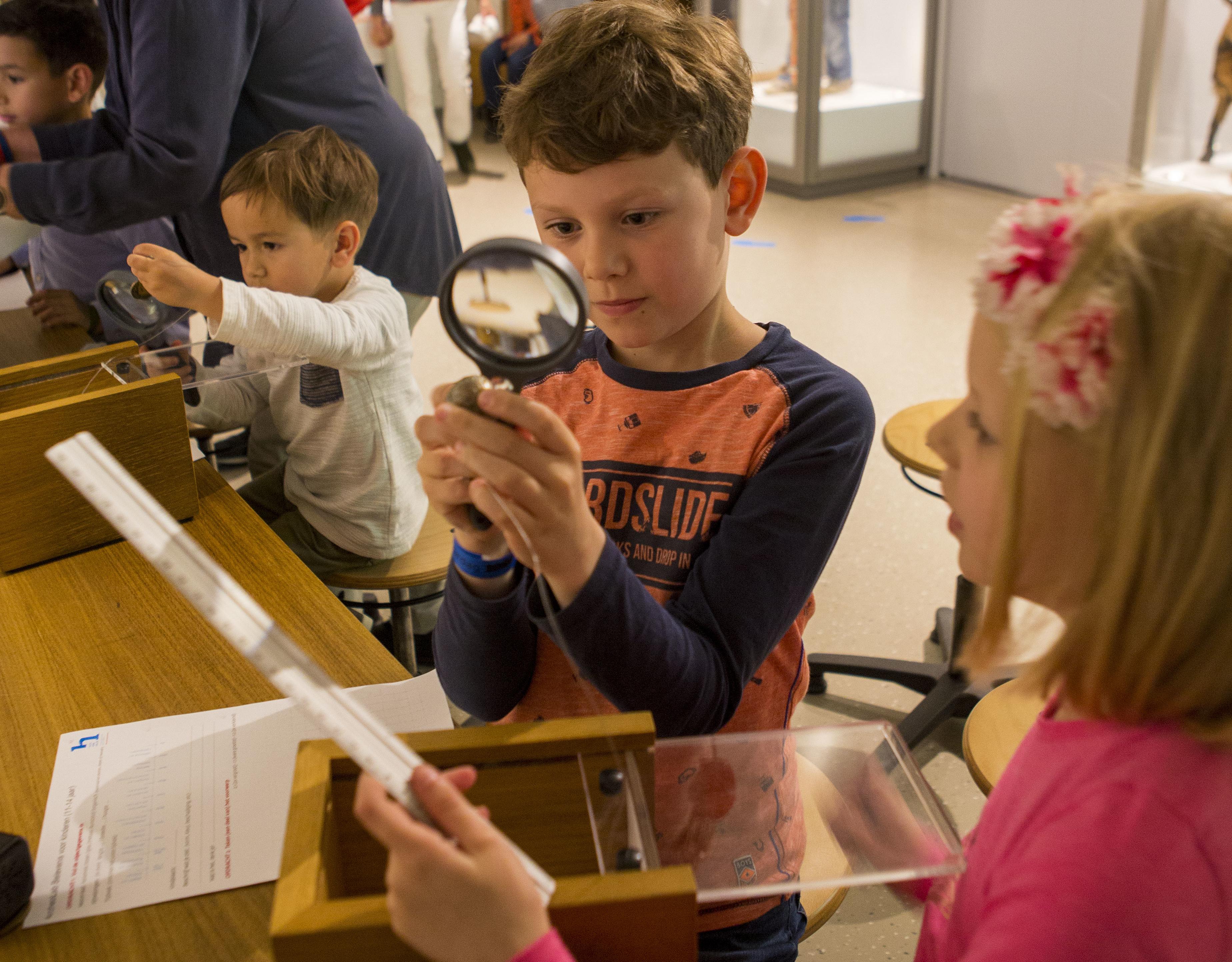Archeolab kinderen bekijken vondst